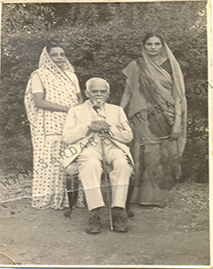 Family-photo-india/thumb/Dilawarsinh's-Wife-Baba-and-Ranaji's-Jhaweri-Friend's-Wife-with-Ranaji.jpg