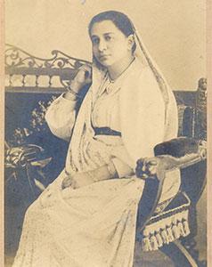 Madam-Bhikhaiji-Cama-Pandit-Shyamji/thumb/Madam-Bhikhaiji-Cama-in-traditional-Parasi-Dress.jpg